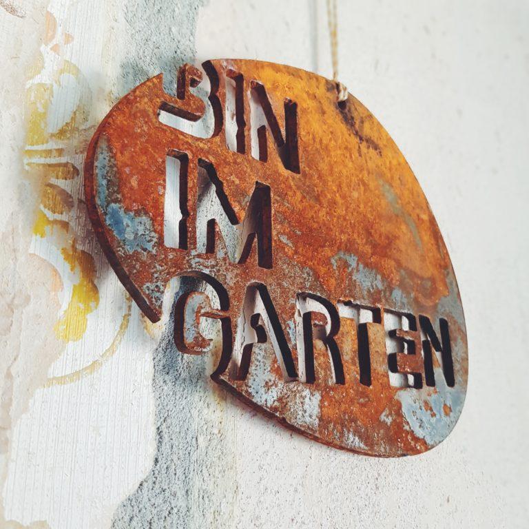 Bin im Garten Schild rostig